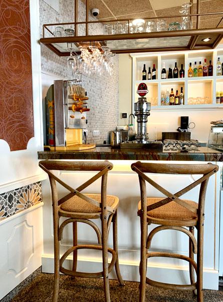 Vista taburetes y barra cafetería Los Abuelos